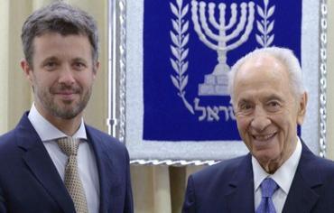 Israels præsident Shimon Peres hilser på Kronprins Frederik Danmark ved præsidentets  bopæl i Jerusalem.
