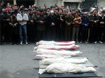 Syrere deltage i begravelsen af ofre, der efter sigende døde af  sult, ved den belejrede Yarmouk palæstinensiske flygtningelejr i  det sydlige Damaskus, den 27. januar 2014 (Dimashqi / AFP / File)